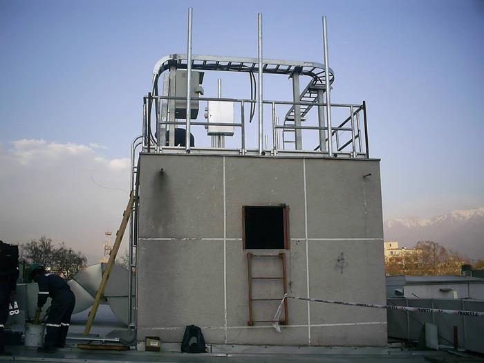 Sala de control soporte de equipos sobre caja de ascensor